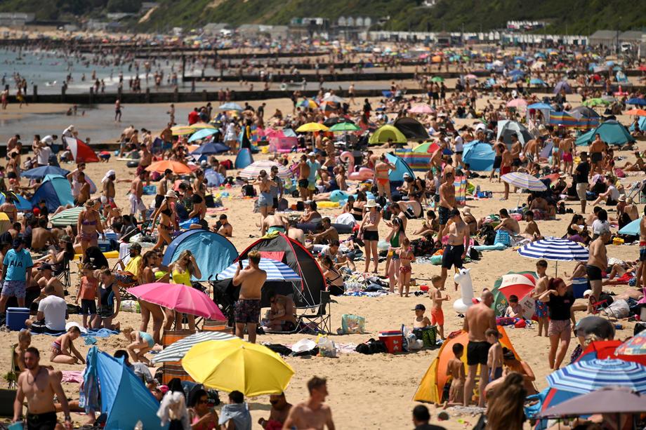 Британцы заполонили пляжи, проигнорировав дистанцирование.Вокруг Света. Украина