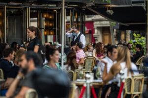 Легендарные парижские кафе учатся работать по-новому