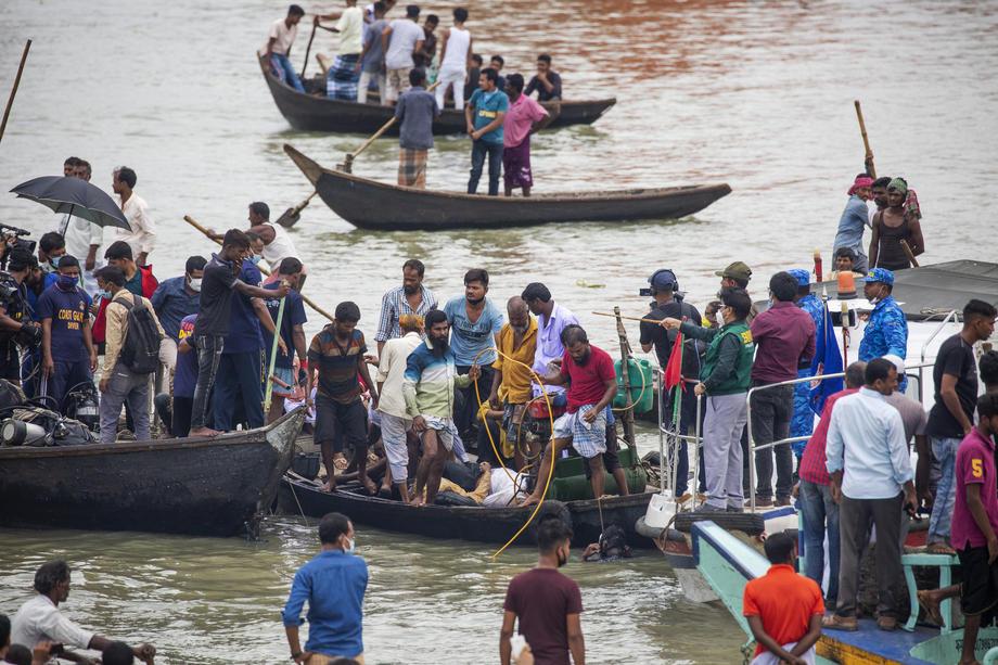 В Бангладеш в результате крушения парома погибли десятки людей