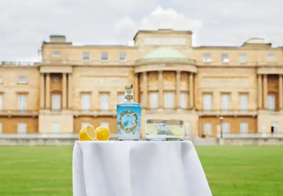 В Букингемском дворце приступили к выпуску королевского джина