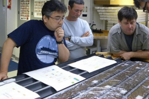 Биологи разбудили микробов, спавших на дне океана 100 млн лет