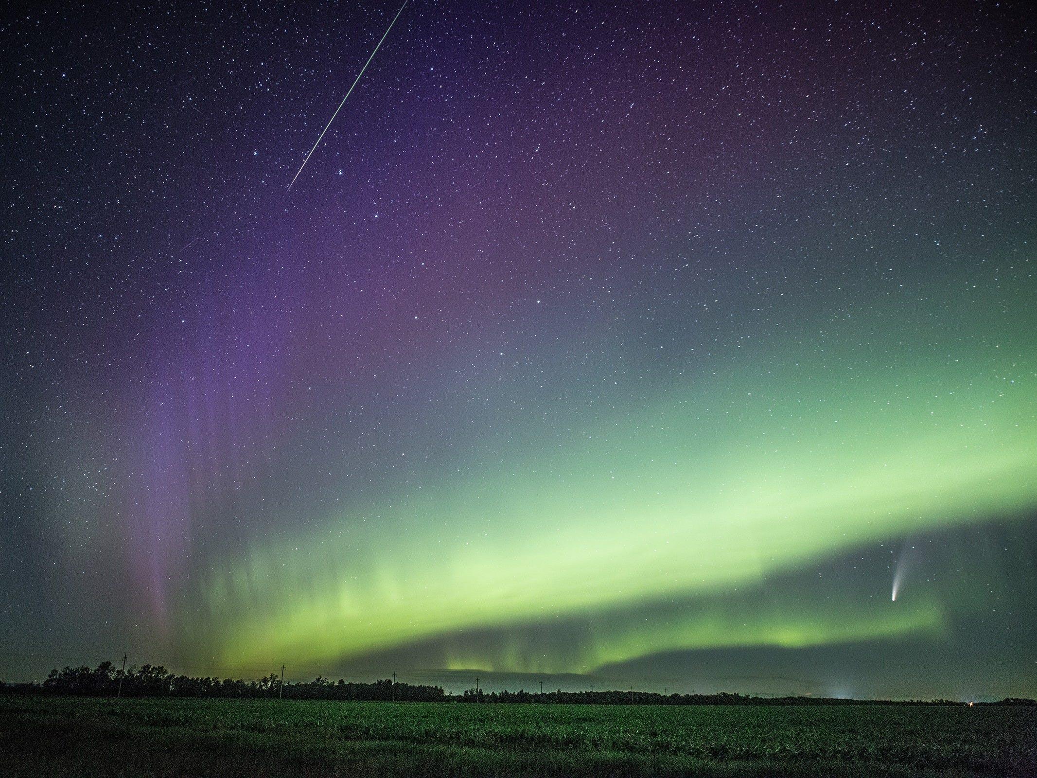 Фотограф запечатлела комету, метеор и полярное сияние на одном снимке