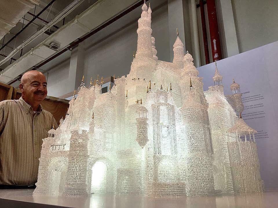 В музее Шанхая дети разбили крупнейший в мире замок из стекла