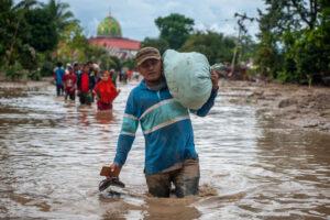 На индонезийский остров Сулавеси обрушилось наводнение