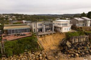 На юго-восточное побережье Австралии обрушились огромные волны