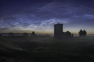 Астрофотограф запечатлел редкое явление - серебристые облака