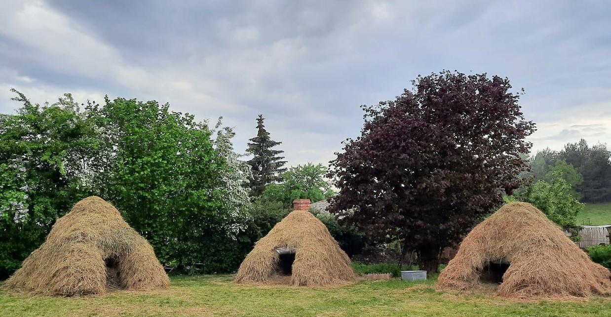 В Латвии туристам предлагают ночевку в стоге сена