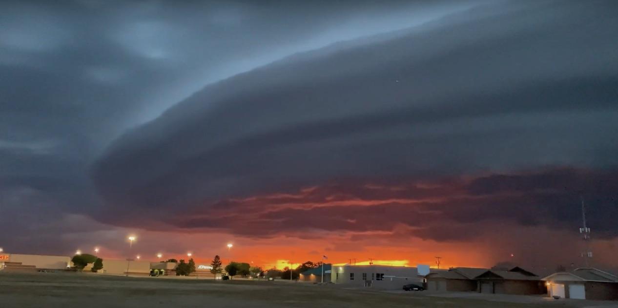 Американский город накрыло редкое шельфовое облако (видео)