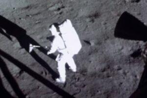 Нейросеть улучшила исторические кадры высадки на Луну