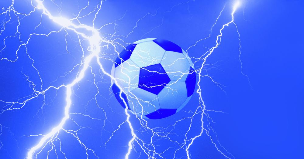 В Подмосковье в футболиста попала молния – видео
