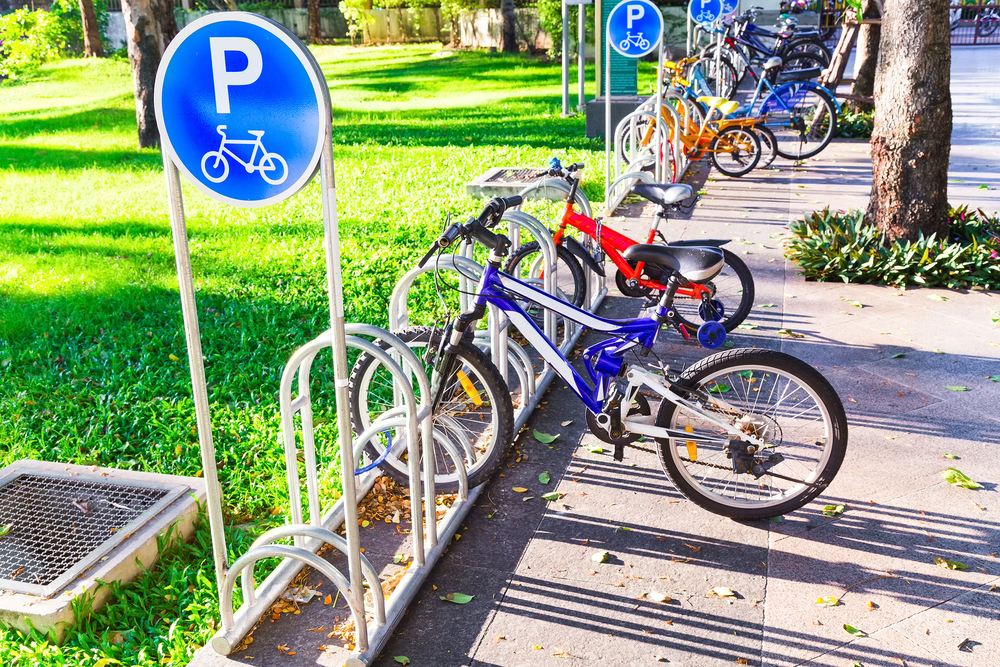 Возле 113 киевских школ к сентябрю появятся велопарковки