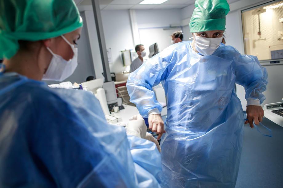 Власти Франции выделили на зарплаты медикам $9 млрд