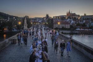 На многолюдной вечеринке в Праге чехи простились с коронавирусом