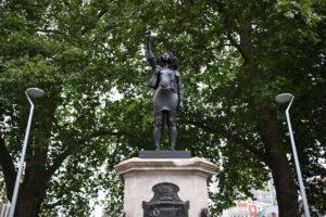 В Бристоле вместо статуи работорговца поставили протестующую