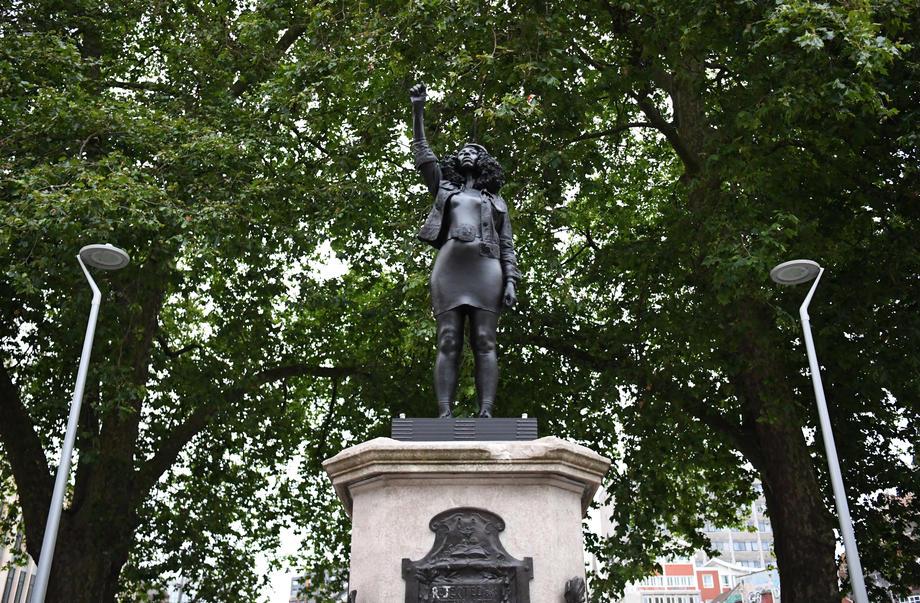 В Бристоле вместо статуи работорговца поставили протестующую.Вокруг Света. Украина