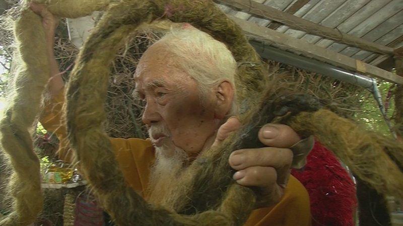 Если постригусь, умру: вьетнамец отрастил 5-метровую косу и не мыл ее 80 лет