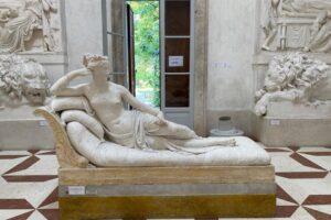 В Италии во время селфи турист сломал пальцы статуе XIX века