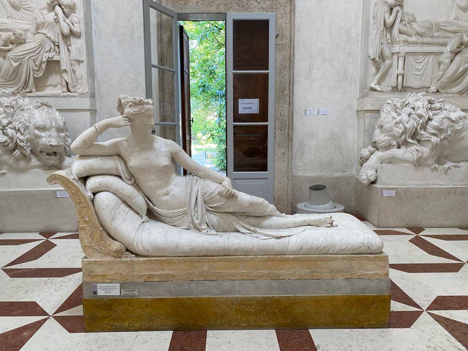 В Италии во время селфи турист сломал пальцы статуе XIX века.Вокруг Света. Украина