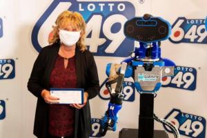 В Канаде победительница лотереи получила чек на $6 млн от робота