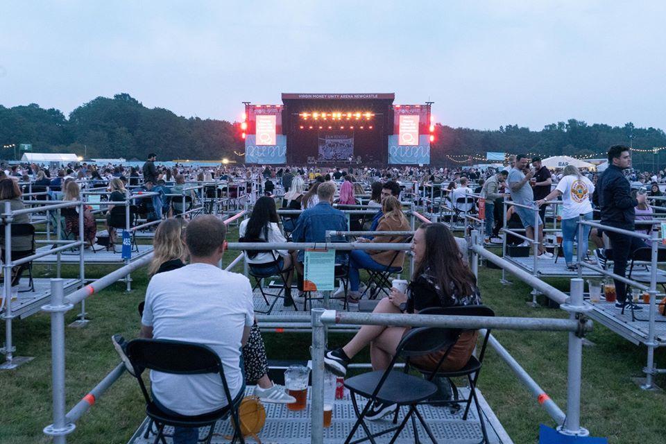 В Англии состоялся первый социально-дистанцированный рок-концерт