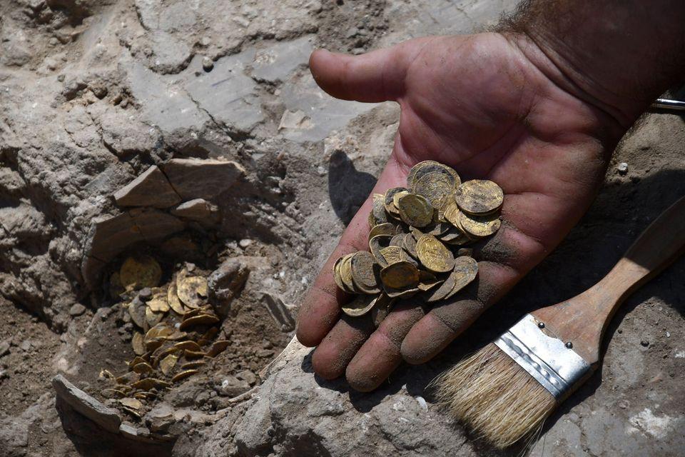 В Израиле нашли клад из 425 древних золотых монет