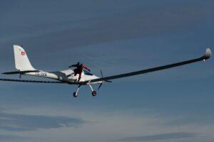 Парашютист совершил первый в истории прыжок с самолета на солнечных батареях