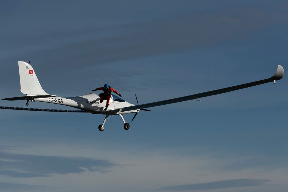 Парашютист совершил первый в истории прыжок с самолета на солнечных батареях.Вокруг Света. Украина