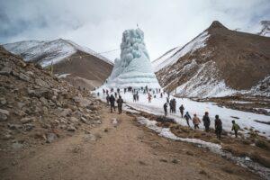 Рукотворные ледники: в Индии с потеплением борются с помощью ледяных конусов