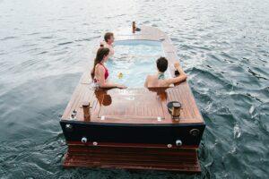 В США можно поплавать на лодке-джакузи