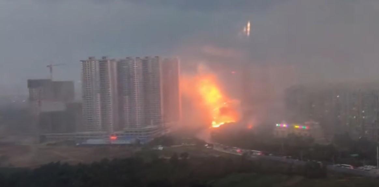 В Китае молния превратила небоскреб в факел: видео