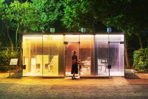 Прозрачные общественные туалеты вызвали ажиотаж в Токио