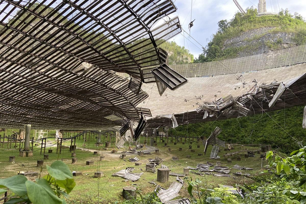 В Пуэрто-Рико лопнувший трос разбил телескоп Аресибо