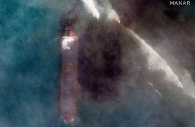 Экологическая катастрофа: разлив нефти у берегов Маврикия виден из космоса.Вокруг Света. Украина