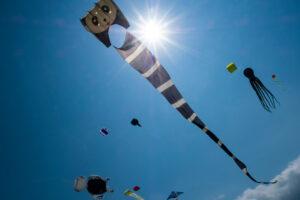 На Тайване 3-летнюю девочку унесло в небо на воздушном змее (видео)