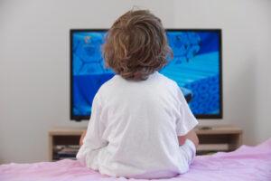 Почему маленькие дети любят смотреть телевизор
