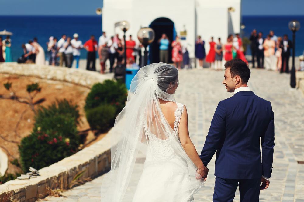 Киприотам запретили целоваться и танцевать на свадьбах