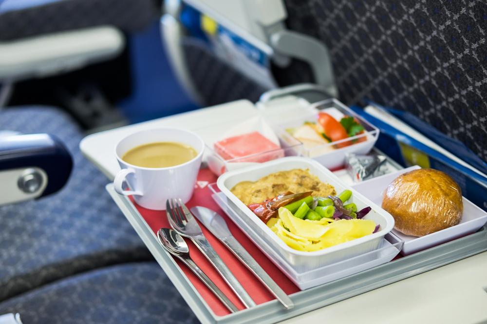 Авиакомпании по всему миру стали доставлять бортовое питание на дом