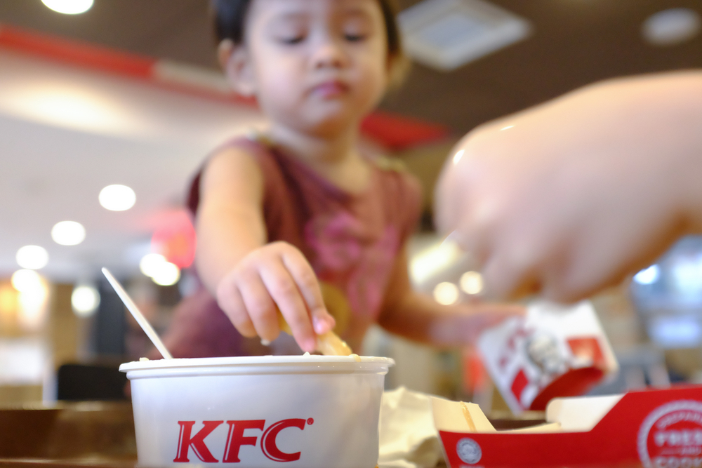 Пальцы не облизывать: KFC отказалась от слогана из-за COVID-19.Вокруг Света. Украина