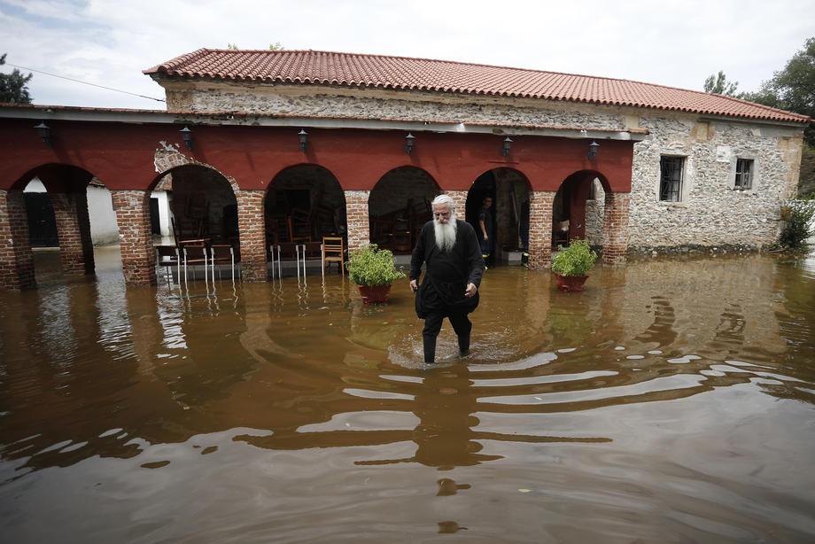 На греческий остров Эвия обрушился шторм Талия