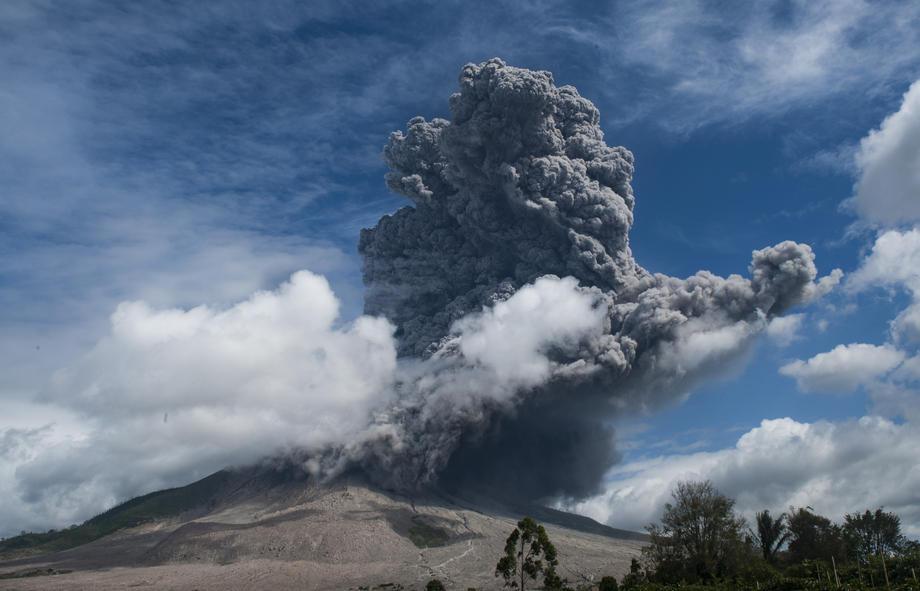 В Индонезии за неделю произошло восемь извержений вулкана