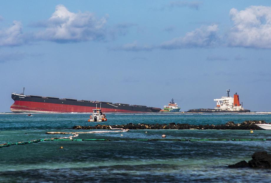 Танкер, севший на мель близ Маврикия, раскололся надвое