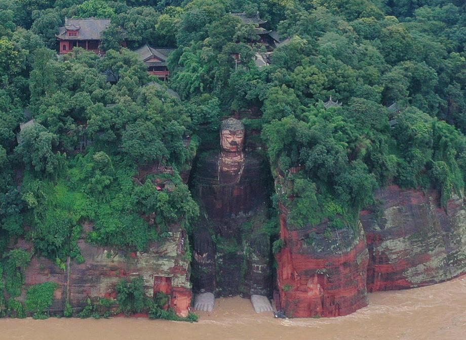 Наводнение в Китае: вода достигла стоп гигантского Будды.Вокруг Света. Украина