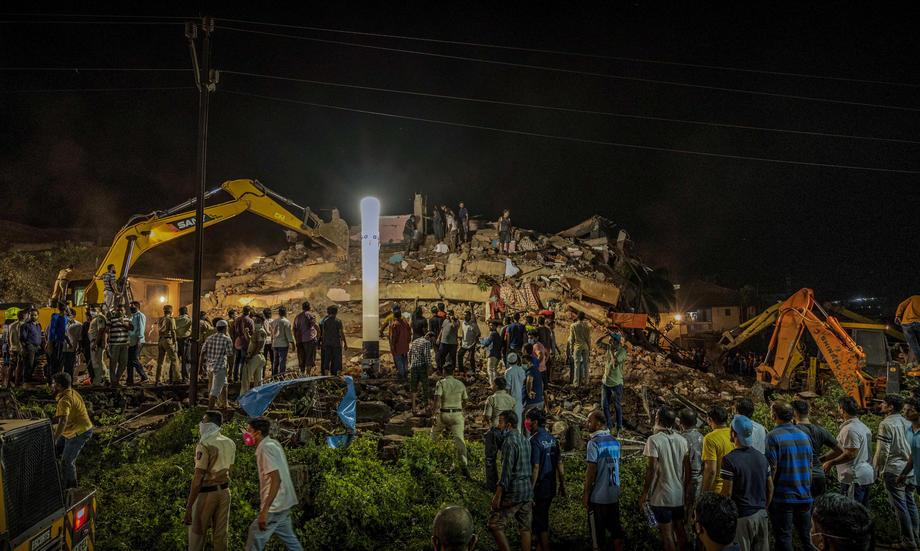 В Индии под завалами рухнувшего дома оказались десятки людей