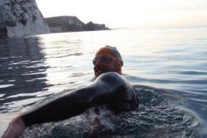 Британец проплыл в океане 160 км, чтобы собрать деньги на уборку пляжей