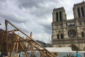 Парижские плотники показали, как будут реконструировать Нотр-Дам (видео)