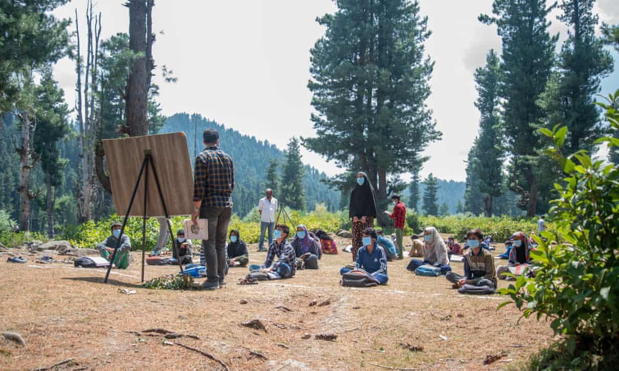 В индийском Кашмире уроки проводят на лесных полянах