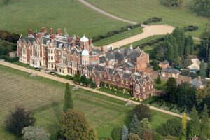 Загородный дом королевы Елизаветы на выходные превратится в кинодром