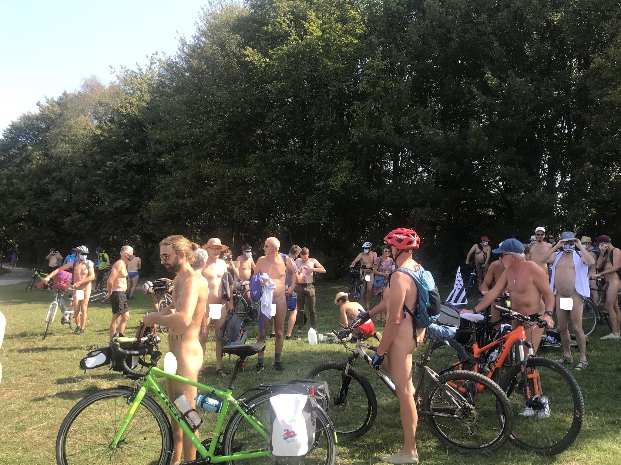 Во Франции впервые прошел пробег голых велосипедистов.Вокруг Света. Украина