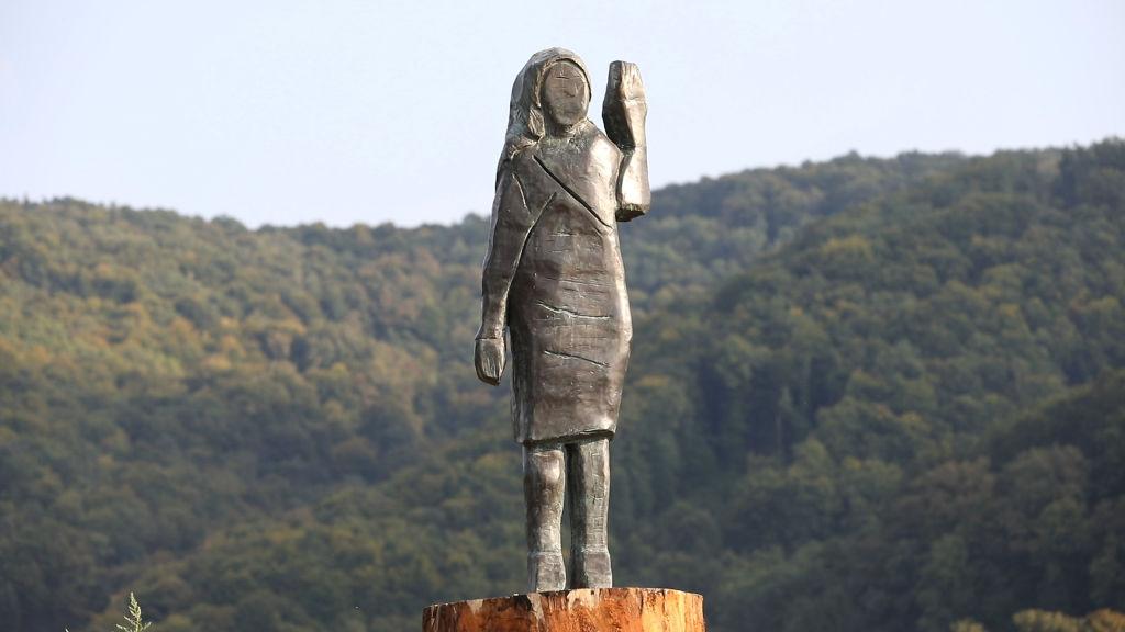 В Словении сожженную деревянную статую Мелании Трамп заменили бронзовой