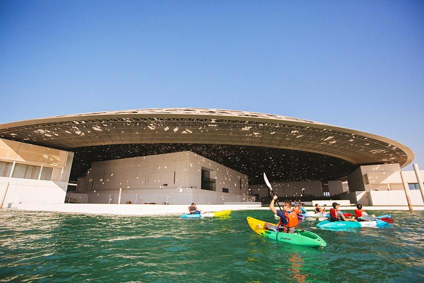 Вокруг Лувра в Абу-Даби можно поплавать на каяке